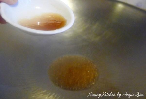 Calentar el aceite en un wok y la llovizna en el vino de cocina.
