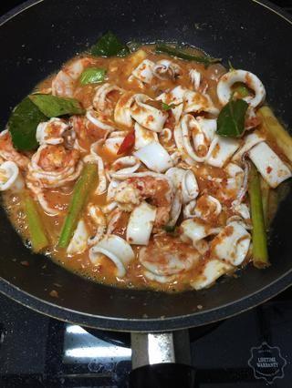 No cocine más de 2 minutos de lo contrario sus gambas y calamares será demasiado duro.