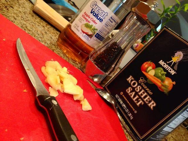 Pelar y cortar el jengibre. Coge tu Vinagre de sidra de manzana, sal, y pimienta Negro.