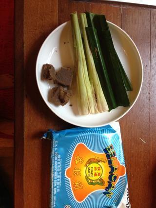 Prepare el belacan, hierba de limón y hojas pandan. Dejar de lado