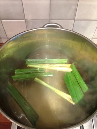 Mientras tanto hervir agua en una olla. Añadir las hojas pandan y limoncillo. Dejar hervir mientras're cooking the chili paste.