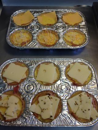 Cubrir con el queso de su elección. Aquí he utilizado (de arriba) de queso americano, una mezcla mexicana rallado, Suiza, y el queso pepper jack.