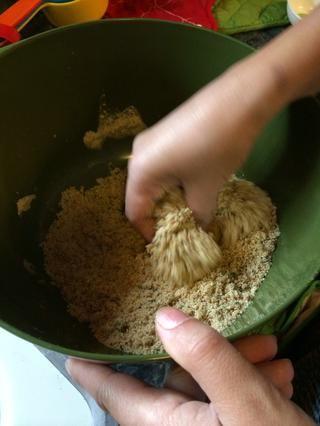 Ahora usa tus manos y humedecer el pan rallado con el aceite. Debe mantenerse unida.