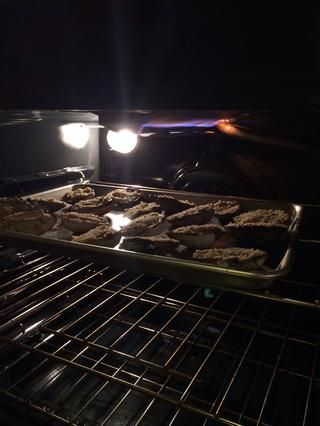 Coloque las almejas en el horno precalentado y cocer durante unos 15-20 minutos. o hasta que se doren las copas. No deben't take long, just keep watch to not over cook them or they will dry out & that is a nono.