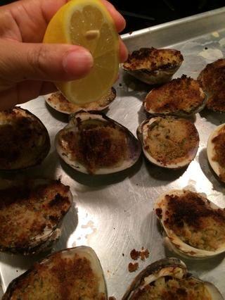 Añadir un chorrito de jugo de limón a cada almeja y servir caliente. Disfrutar