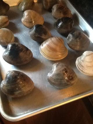Tan pronto como se limpia ellos los ponen en una fuente de horno. Ahora a agrietarse abiertos me gusta hacer trampa. Ello's so easy. Preheat your oven to 450f. Put the clams in for 5 minutes. Voila a slightly cracked clam