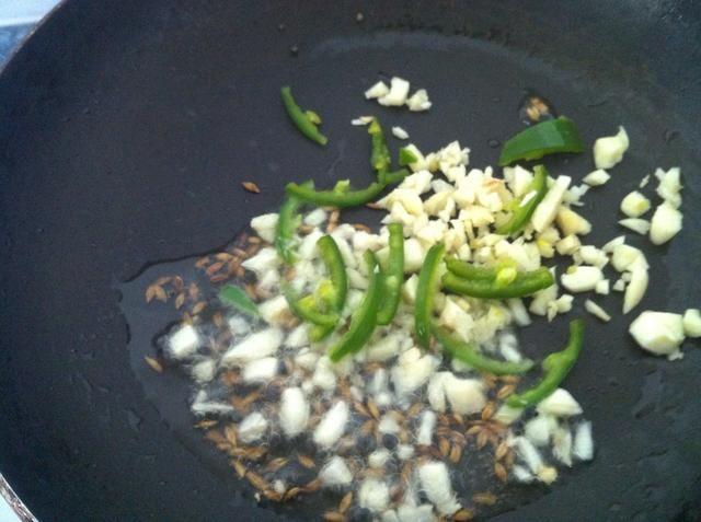 Como un ingrediente opcional que puede añadir un poco de cebolla picada, el ajo enamoramiento, el chile en cubitos o chile rojo seco.