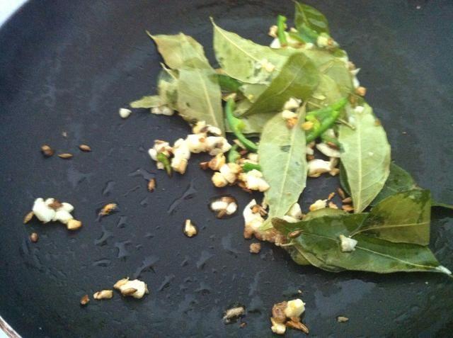 Añadir una ramita de hojas de curry y una pizca de polvo de asafétida. Esta mezcla de templado es fragante. Tenga cuidado de no quemar el ajo y especias. Cuando se hace de apagado de la llama.