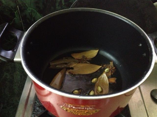 Ahora agregue la mezcla de cardamomo, clavo de olor, hoja biryani