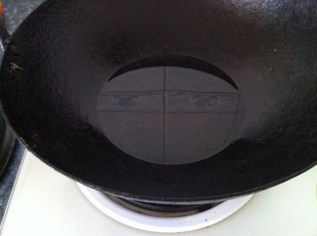 Calentar el aceite vegetal en un wok