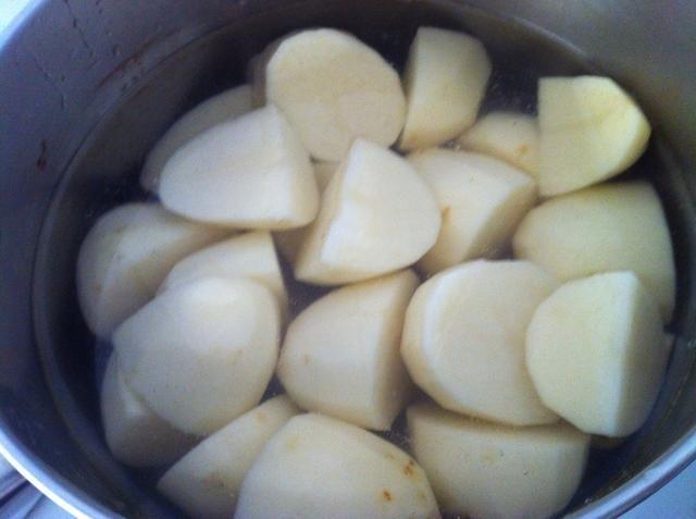 Trimestre las patatas y colocarlas en una olla de agua. Hervir la potatoes.Drain y mantener a un lado