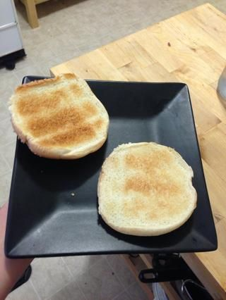 Ahora es un buen momento para comenzar a tostar sus bollos de sándwich.