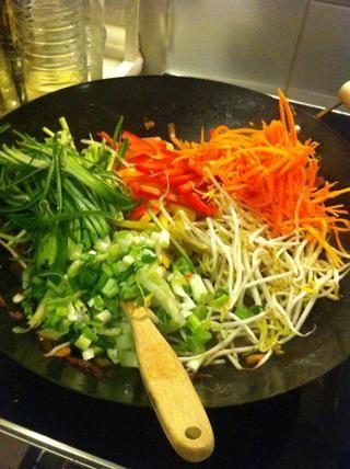 Después 1/2 minutos freír, añadir resto de las verduras y brotes de soja de una vez y dejar que fríen en la estufa muy golpeado durante 2-3 minutos. Las verduras deben ser semi-cocinados.