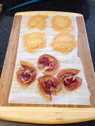 A unos 30 minutos y el queso y panceta ambos estarán crujientes. Reserva para adornar.
