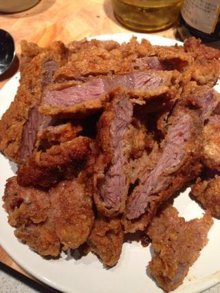 Coloque las chuletas de carne en un plato y cortarlas en mitades. Dejar de lado.