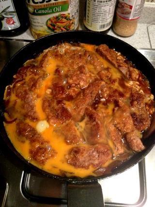 Vierta los 2 huevos batidos en la sartén y dejar calentar durante aproximadamente 1 minuto o hasta que los huevos están medio cocidas. Debe ser un poco aguado. Apague el fuego y cubrir con la tapa que permite que todo empapado en.
