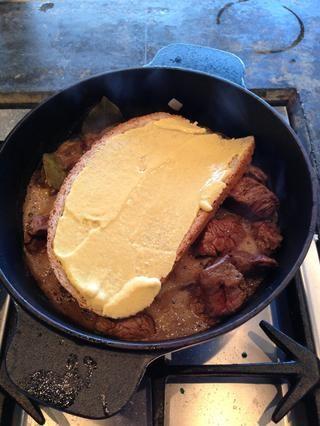 Coloque el pan con mostaza en la parte superior de la carne.