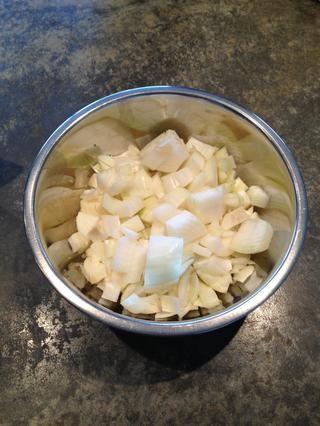 Cortar la cebolla en cubos.