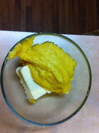 A continuación, dejar enfriar, añadir la mantequilla y la vainilla, y el látigo