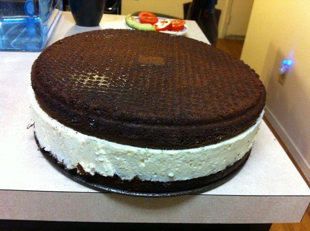 Después de 30 min.put el pastel en un plato y cubrir con una segunda parte. (crema debe ser fuerte)
