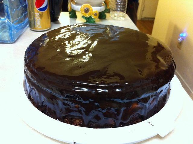 Vierta acristalamiento sobre el pastel, y coloque en el refrigerador.