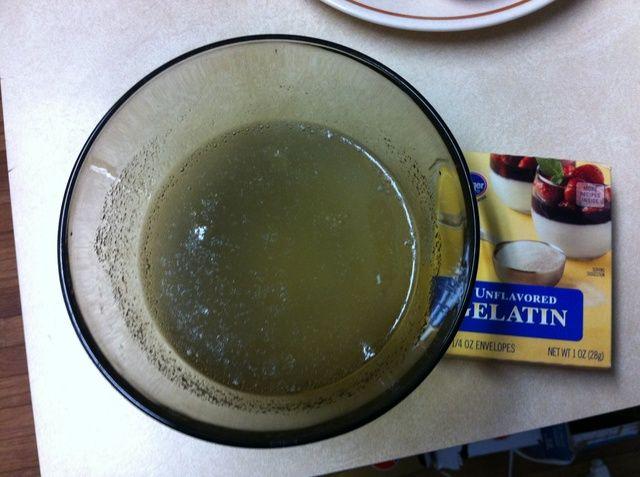 Remojar la gelatina en 150 g (5,5 oz) de agua, y deje reposar durante 30 minutos.
