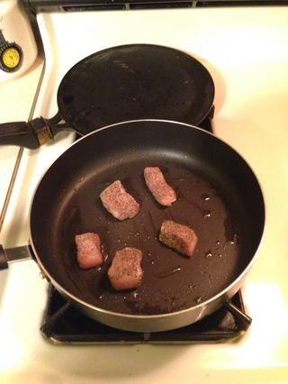 Añadir el aceite a una sartén y cocinar el pollo durante unos 10 minutos o hasta que esté cocido