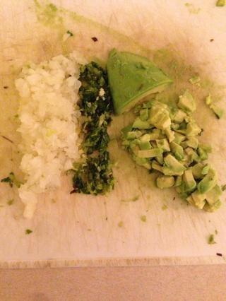 Cebolla dados, el ajo, ensalada y aguacate