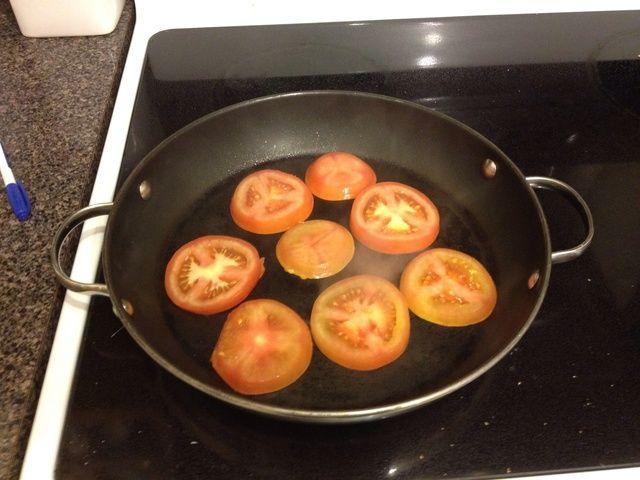Apague la estufa a fuego mediano alto, colocando el lado del aceite tomates abajo, y deje reposar (sin meter o pinchar!) Durante 5 minutos.