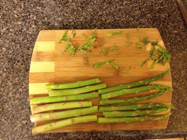Cortar los tallos de espárragos por la mitad, y la cubierta en aceite.