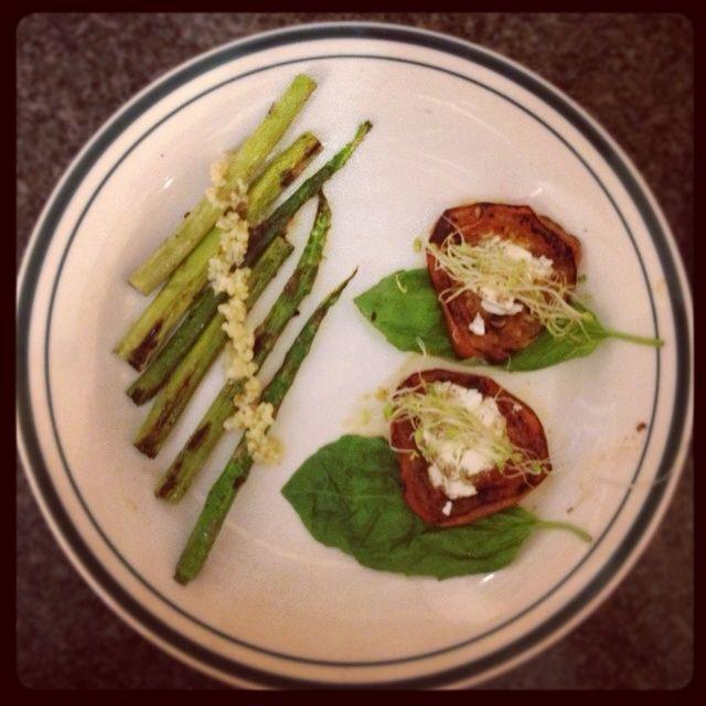 Repita el proceso de cocción con los espárragos y la placa de la albahaca en primer lugar, a continuación, el tomate, el queso de cabra, y la parte superior con los brotes. Arriba los espárragos con ajo picado! ¡Disfrutar!