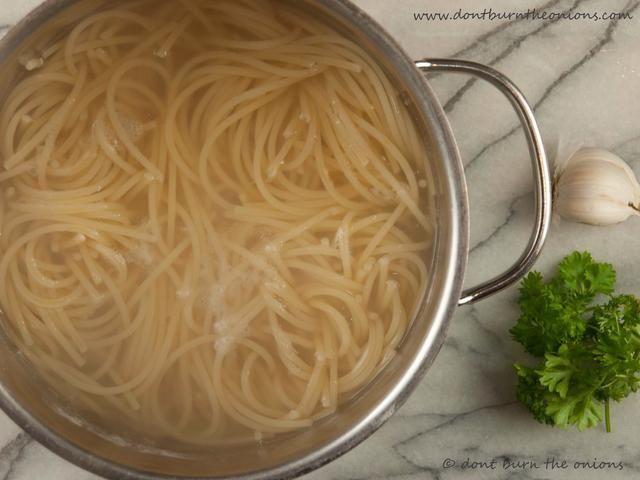 Cocine el espagueti al dente y enjuague con agua salada fría para detener la cocción es más. Tamizar y se puso a un lado.