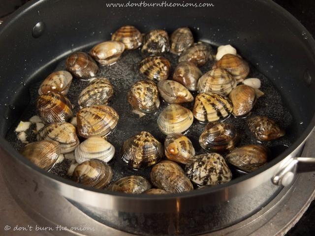 Añadir las almejas y revuelva para asegurar el ajo distribuido uniformemente. Cocine durante un minuto más y agitar de nuevo.