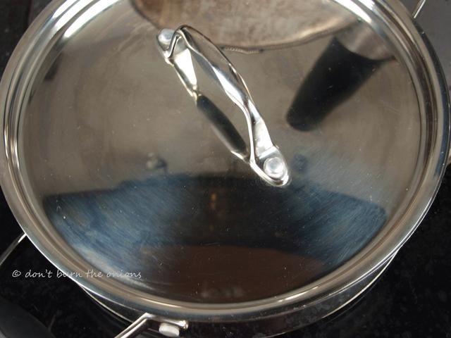 Cubra el recipiente por completo para permitir a las almejas al vapor en sus propios jugos.