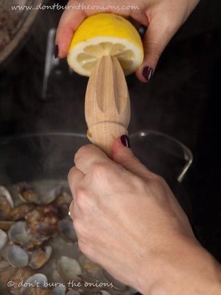Añadir el jugo de medio limón.