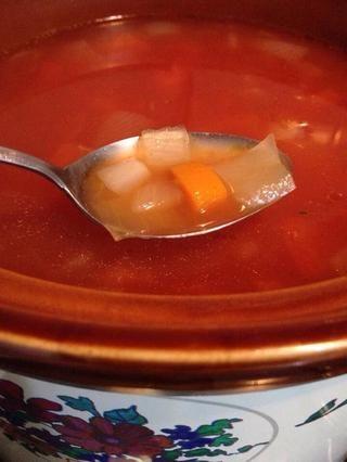 10 / Gire el fuego a bajo y se deja hervir hasta que se sirve la cena. 11 / Cocine los macarrones separado l, escurrir seco y servido en la sopa borsch caliente.