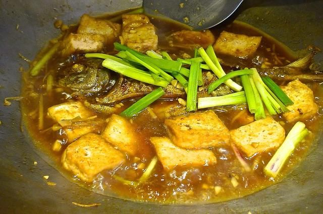 Agregue el Promfret frito y queso de soja. Cubra a fuego lento otros 2 minutos y espesar la salsa con agua maicena.