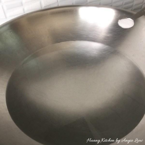 Hervir un poco de agua en un wok y añadir la sal.