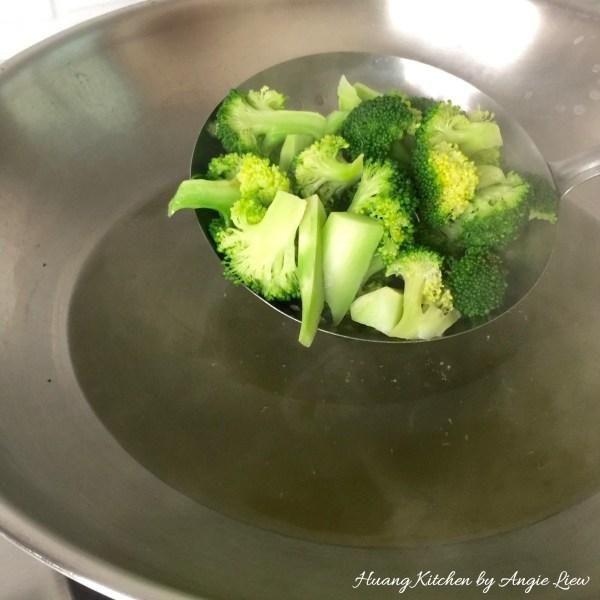 Brócoli Blanch en el agua hirviendo durante 1 a 2 minutos. Retire los floretes de brócoli con una cuchara y seca drenado. Ponga a un lado para su uso posterior.