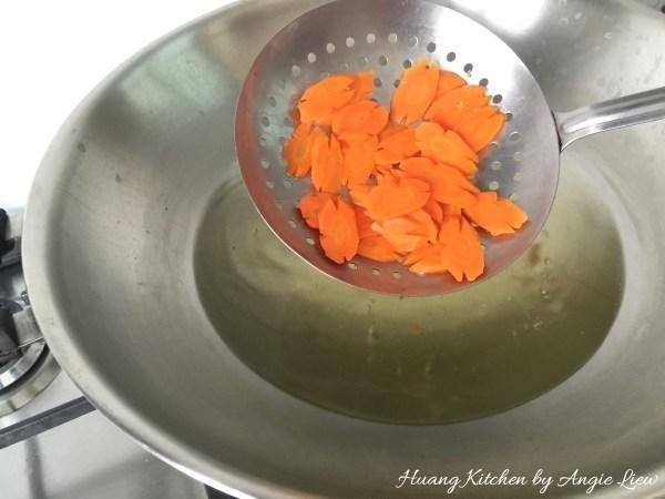 En el mismo wok, blanquear las zanahorias en rodajas de 1 minuto y dejar de lado. Y nosotros're ready to cook the dish!
