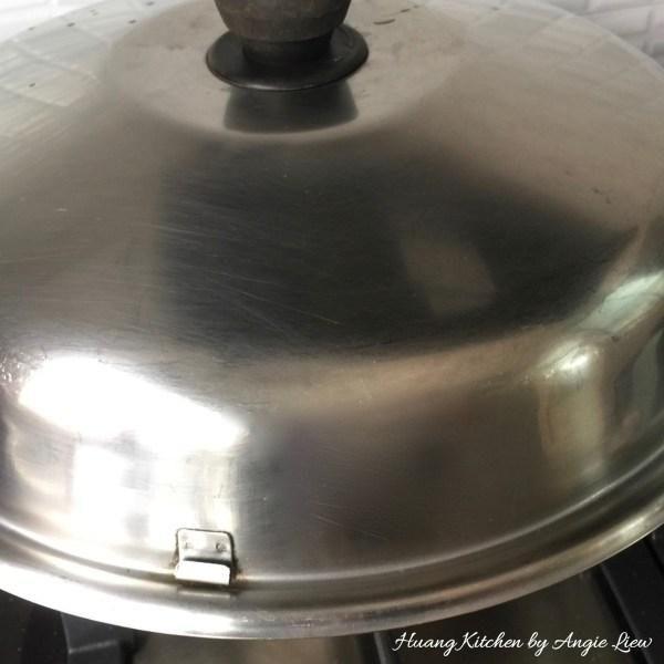 Tapar y cocer a fuego lento durante 15 minutos, asegurándose de que el calor está dando un fuego lento en lugar de un hervor rápido. Revuelva y comprobar en las setas de vez en cuando a lo largo del proceso de estofado.
