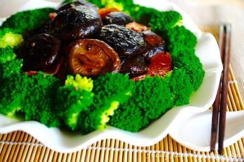 Para servir, floretes de brócoli lugar preparado anteriormente en un círculo alrededor de un plato y colocar las setas estofadas en el centro y servir de inmediato.