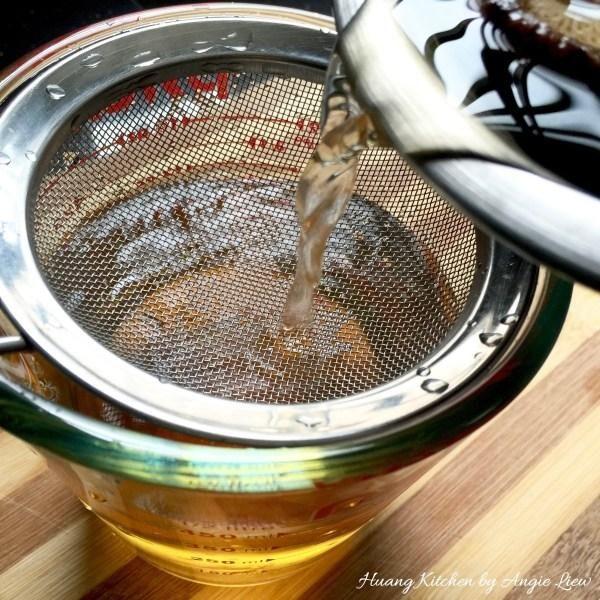 Colar y conservar 1 1/2 taza de agua de setas (de hongos remojados).