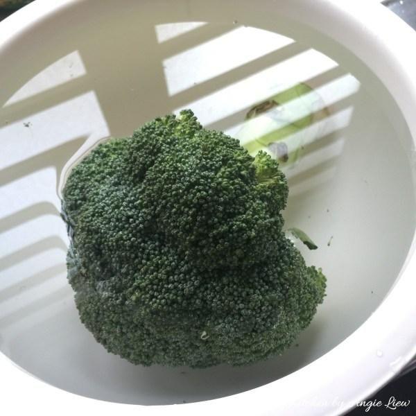 Empapado el brócoli en agua con sal durante unos 5 minutos y luego enjuague para eliminar la suciedad.