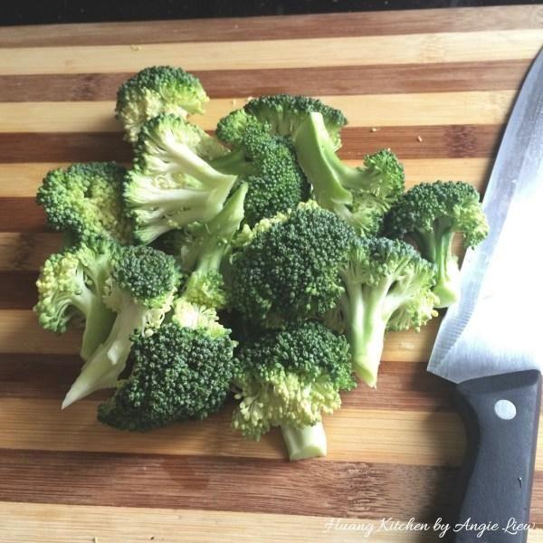 A continuación, corte las brócoli limpiados en floretes al quitarlas de la madre.