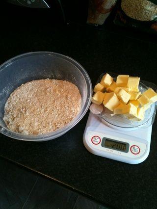 Mezclar la harina, el azúcar y la avena en un tazón. Cortar la mantequilla en cubos a. Esto hace que sea más fácil para frotar en a la mezcla.