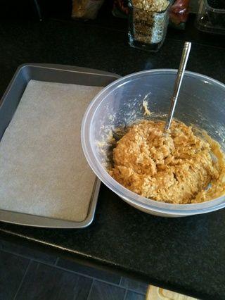 Obtener una bandeja para hornear preparada. Línea con papel de horno. Esta es la mezcla final que busca después de haber agitado en el huevo.