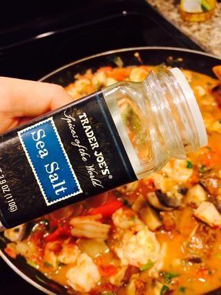 Añadir sal y pimienta al gusto.