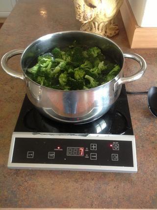 Lavar el brócoli y luego lo cortó en pedazos más pequeños de tamaño de mordedura. Coloque el brócoli en una olla y llene con agua hasta que el brócoli esté cubierto. Cocine a fuego medio hasta que el brócoli esté tierno. Luego drene el agua.