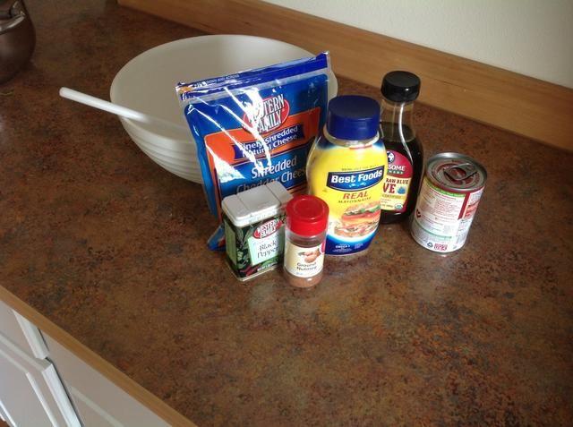 En un tazón grande mezcla juntos usando cuchara grande: [] crema de brócoli [] mayo / yogur griego [] queso [] [] pimienta [] nuez moscada agave.